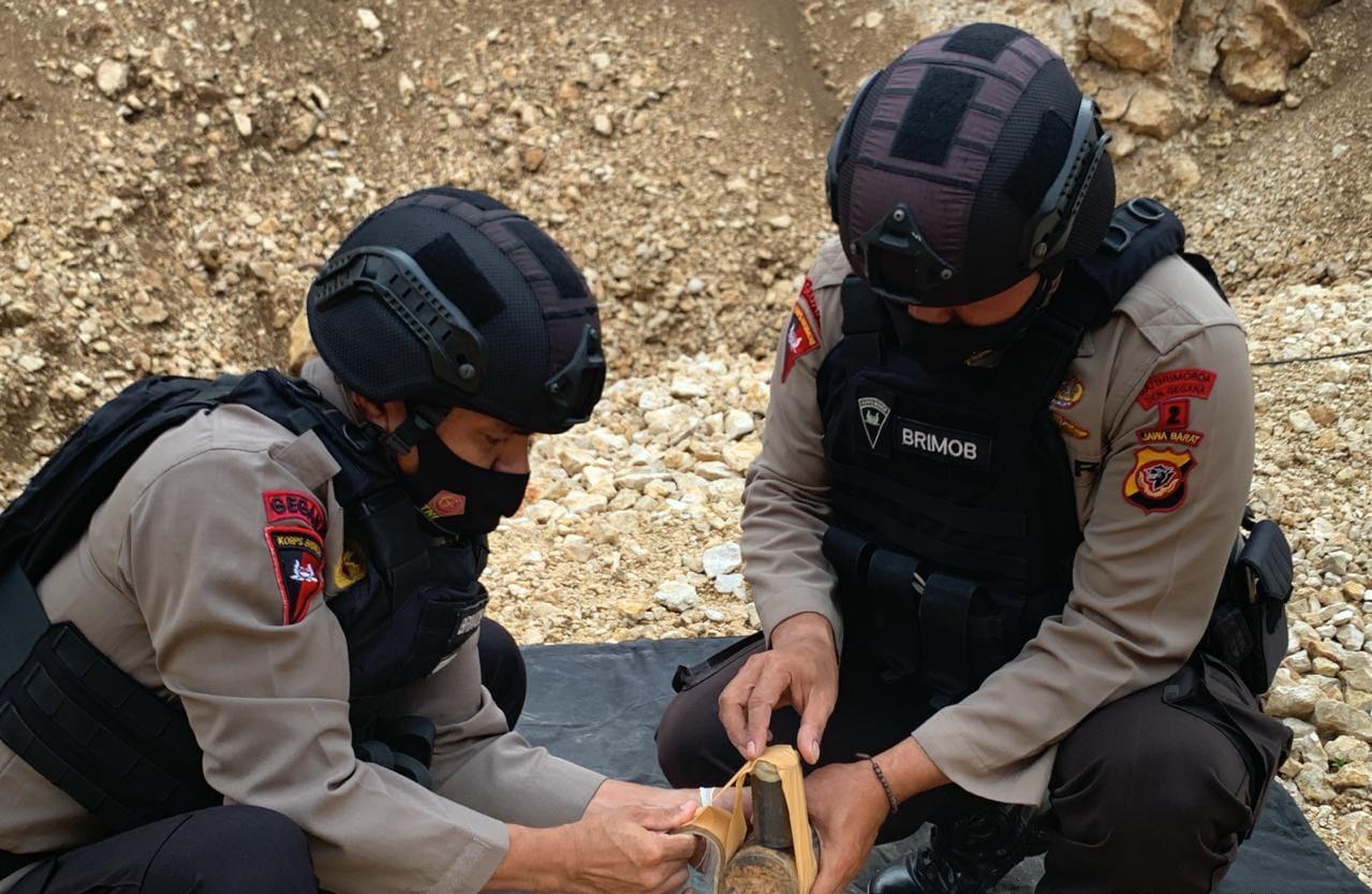 Unit Jibom Gegana Sat Brimob Polda Jabar Tangani Temuan BOM Jenis Munisi Militer