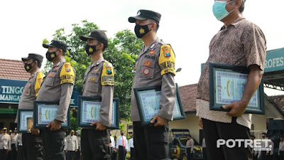 Kapolresta Mojokerto Reward Bhabinkamtibmas Berprestasi dan Tomas Membantu Tugas Polri