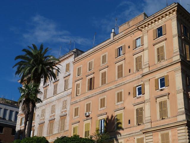 Façade ocre, immeuble Roma