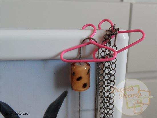 Cómo </p> <p>hacer perchas para organizar collares.