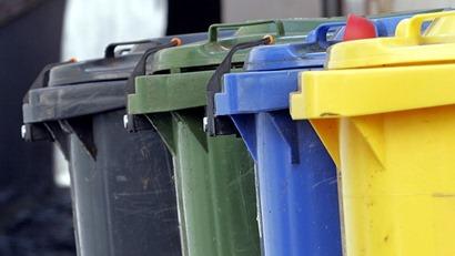 Sinnlos sammeln und sortieren - recycling bins1