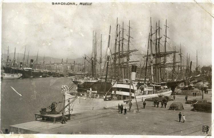 El vapor ANSELMO en Barcelona. Muelle de la Barceloneta. Al fondo los dos buques de Joan Jover Serra atracados y sin servicio. Ca. 1905-1910.jpg