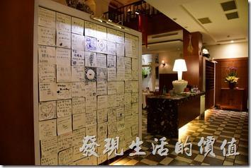 台南-轉角餐廳龍蝦餐廳。餐廳的一片牆壁上有滿滿的手寫留言