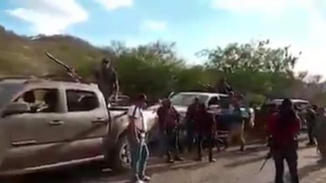 Ante el miedo que le tienen al CJNG pobladores reportan movilización de Carteles Unidos con Maquinaria para destruir la última salida de Aguililla