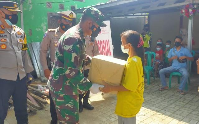 Atasi Kesulitan Masyarakat Ditengah Pandemi Covid-19, Dandim 0619/Purwakarta Berikan Sembako Kepada Masyarakat