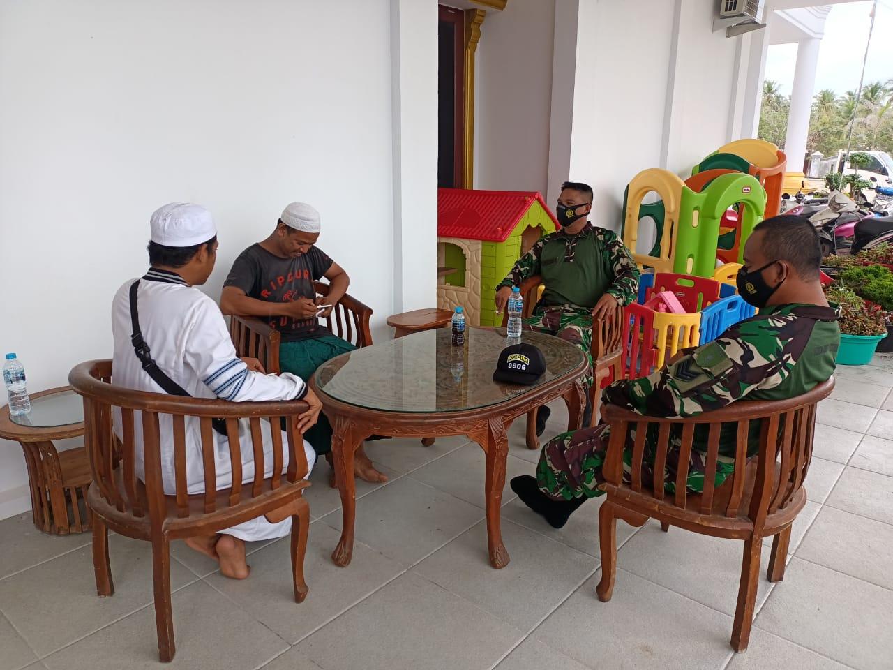 Jaga Kerukunan Umat Beragama, Babinsa Muara Jawa Komsos bersama Tokoh Agama