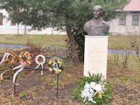 25 A tisztelet koszorúi a szobornál.jpg