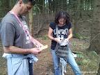 Christine und Stefano heben ihren ersten Geocache.