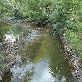 Берега укреплены металлической сеткой и привезенными камнями, также камнями устроены перекаты и далее небольшие водопадики