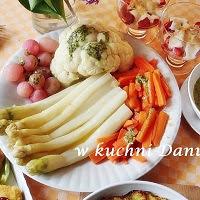 bukiet z warzyw z zielonym sosem