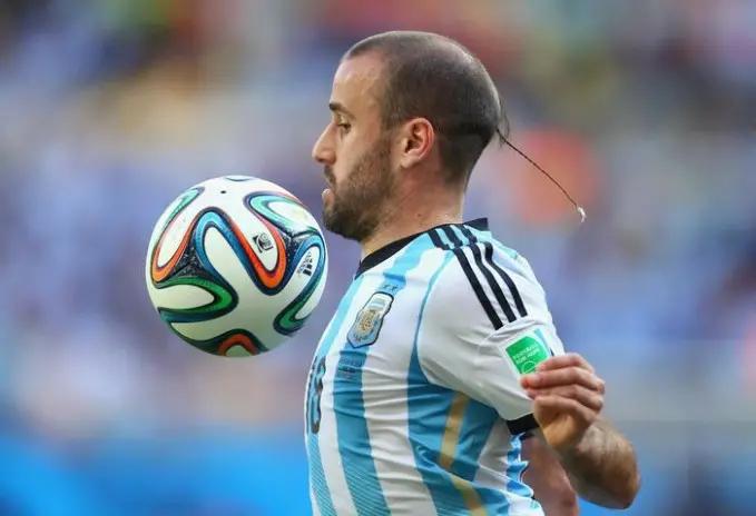 2. Rodrigo Palacio dengan model rambut panjang mini-nya