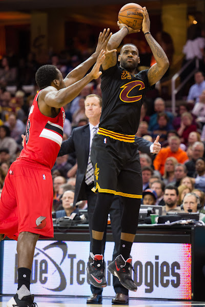 King James Finally Wears a Simple Black and Red LeBron 13s