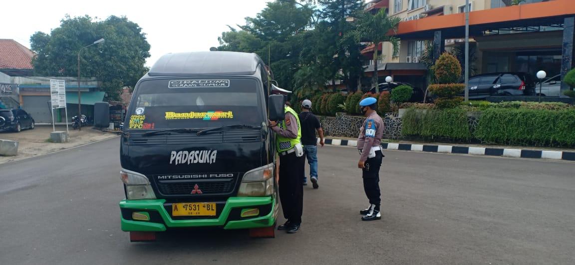 TNI Polri di Pandeglang Lakukan Penyekatan Massa Ormas FPI yang Akan ke Serang