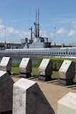 Memorial with submarine USS Bowfin in the background (© 2010 Bernd Neeser)