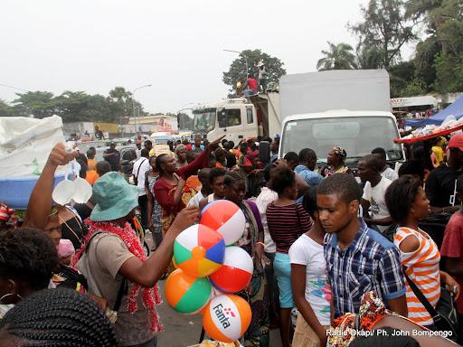 Embouteillage à l'entrée du marché central le 31/12/2012 à Kinshasa, par des Kinois voulant faire des achats. Radio Okapi/Ph. John Bompengo