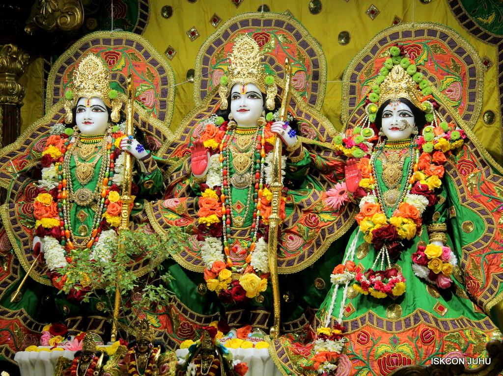 ISKCON Juhu Sringar Deity Darshan on 18th Jan 2017 (34)