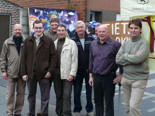 De ploeg van KWB Gooik & Strijland waren ook dit jaar present om een stand op de jaarmarkt te verzorgen. Vlnr: Valeer, Kris, Christophe, Leo, Willy, Marcel (een beetje verstopt), Danny en Lieven
