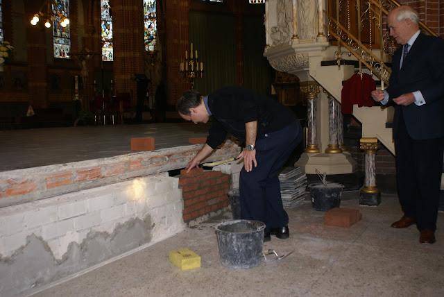 Inmetselen loden kistje in St. Agathakerk (afronding restauratie) - DSC06447.JPG