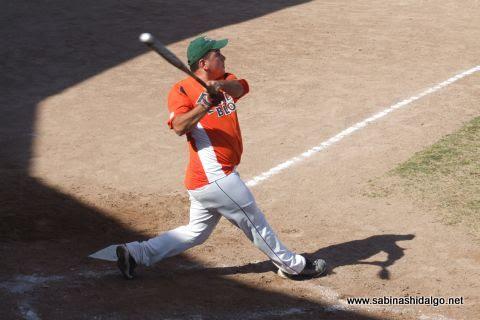 Héctor Mario García bateando en el softbol dominical
