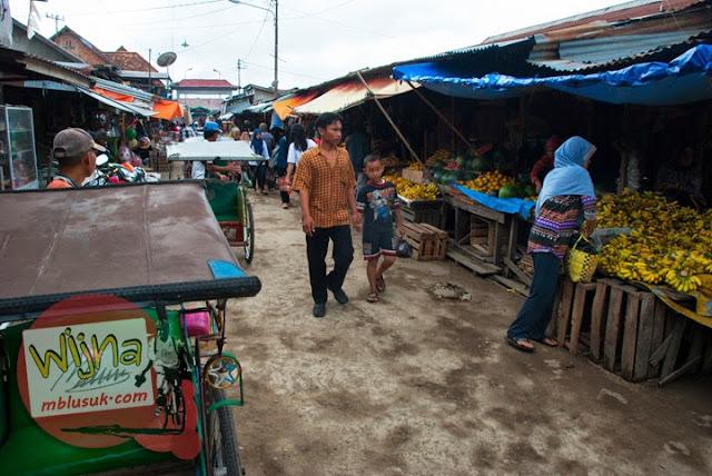 Aktivitas jual beli perdagangan di Pasar Tangga Buntung di Palembang, Sumatera Selatan