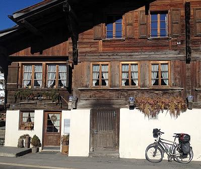 Fahrrad vor altem schweizer Holzhaus in Saanenmöser