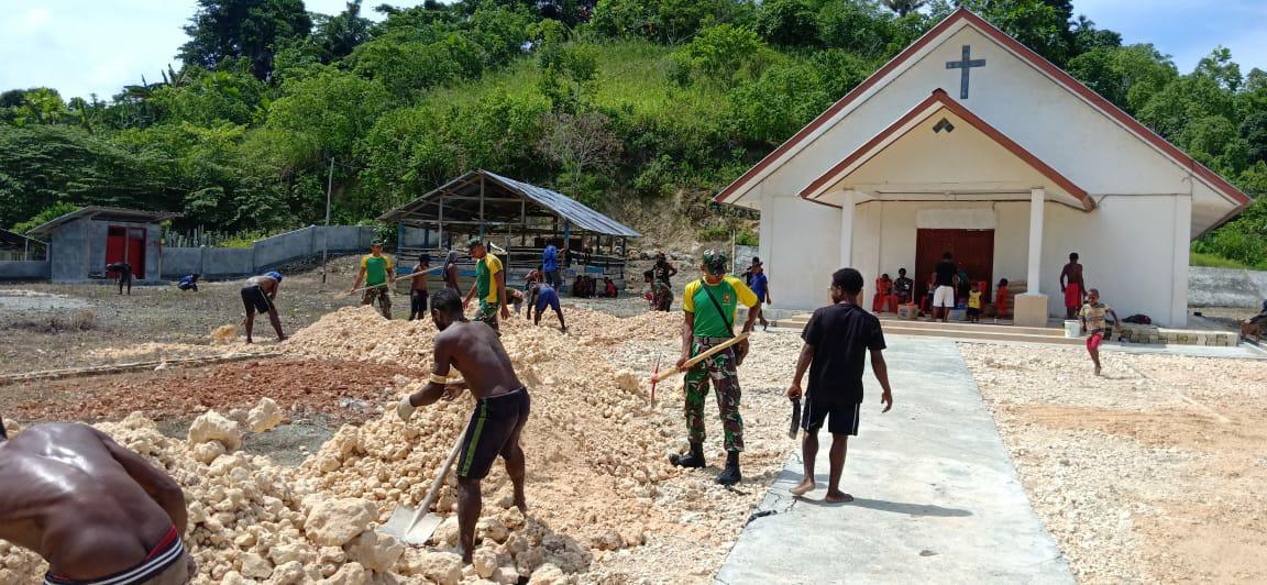 Bersama Masyarakat, Satgas Yonif 413 Kostrad Gelar Karya Bhakti di Gereja Kampung Gambut