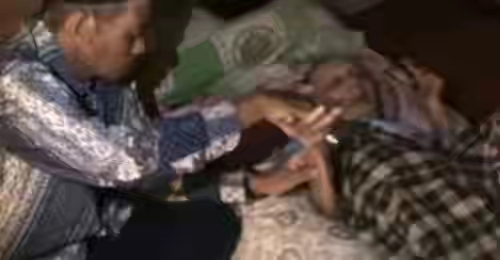 Meski Harus Berbaring, Kakek Berusia 100 Tahun Ini Tetap Mengajar Ngaji Para Santrinya