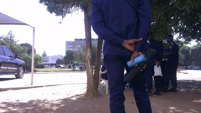 Police lance grenade lacrymogène