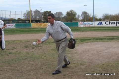 Diego Ugarte lanzando la primera bola