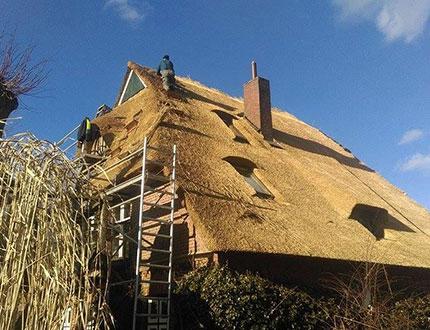Rusztowanie przy budynku gdzie trwa wymiana trzciny na dachu