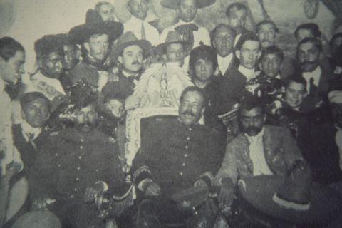 Villa en la silla presidencial, acompañado por Zapata
