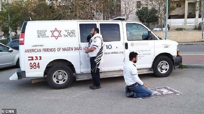 Momen Langka, Paramedis Muslim dan Yahudi Berdoa Bersama saat Pandemi Corona