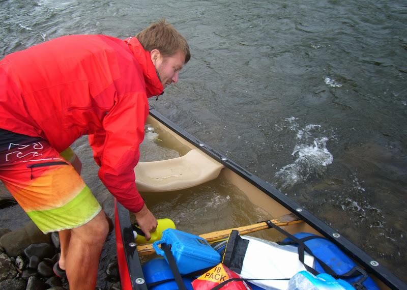Torge schöpft das Wasser aus dem Kanu