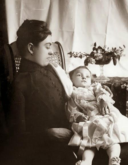 Mãe e criança em fotografia pós morte.