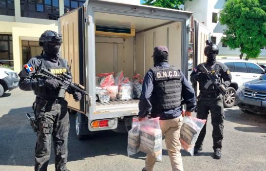DNCD decomisa 182 paquetes de una sustancia que se presume es cocaína en Barahona y apresan tres personas