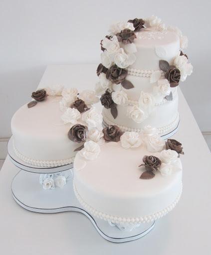 775- Bruidstaart wit met bruine rozen.JPG