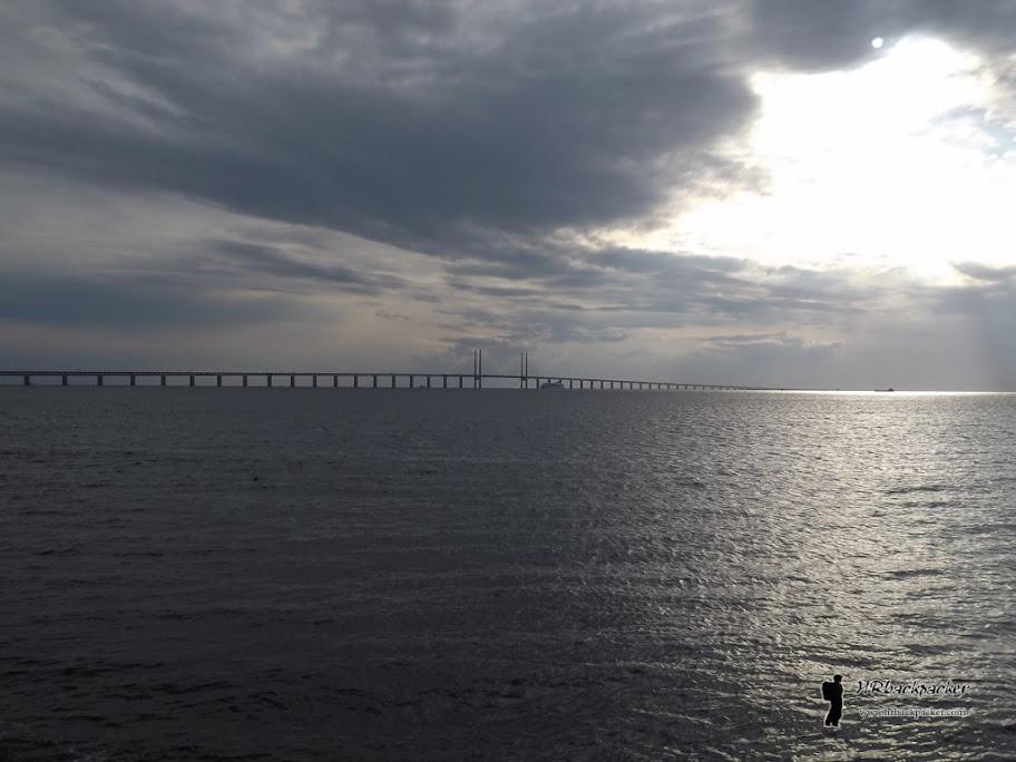 Oresund most povezuje Malmo sa Kopenhagenom preko istoimenog tjesnaca. Mostom prolazi i vlak i automobili, sve do umjetnog otočića gdje se posljednji dio trase prolazi u podmorskom tunelu. Mi smo krenuli prema Kopenhagenu.