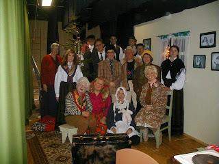 Julerevy år 2000. Aktører og medhjelpere etter forestillingen.