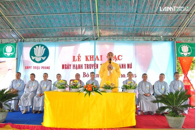 Đại đức Thích Mãn Toàn chứng minh buổi lễ ban đạo từ (Ảnh: Ngô Trung)