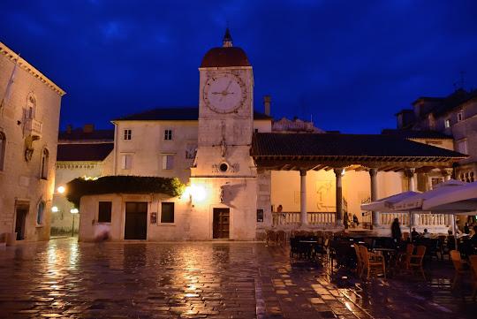 Stadtloggia und Uhrturm in Trogir