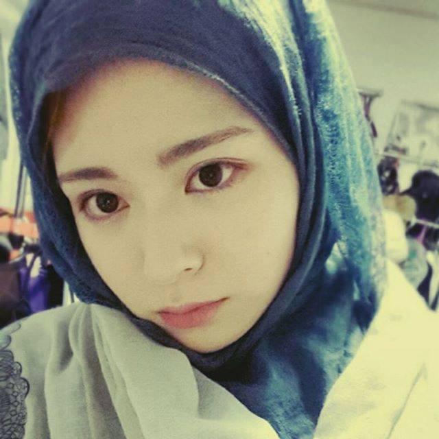 awek korea comel peluk islam.jpg