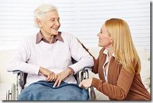 Una badante con una donna anziana