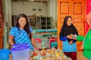 Jelang Berbuka Puasa, Mahasiswa KKN Unimal Bagi-bagi Takjil di Jalan Lintas Kampung Banjar, Labura Dan ini Tujuanya!!
