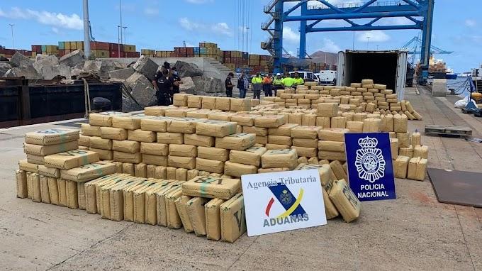 Fuerzas de seguridad españolas interceptan cerca de Canarias un buque con 20 toneladas de hachís.
