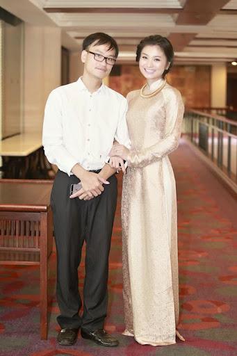 Chồng Diệu Hương đi event cùng vợ