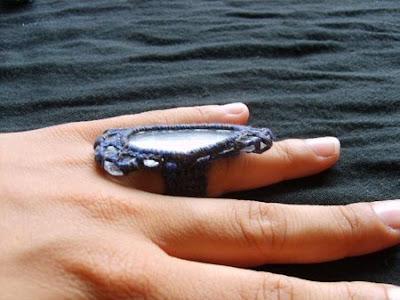 Pierścionek pierścień ze szkła szlifowanego przez morze w szydełkowej oprawie biżuteria szydełkowa
