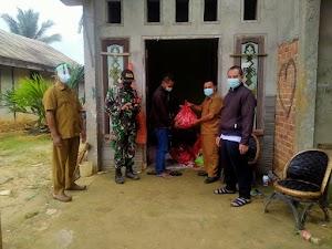 Babinsa Koba II Dampingi Penyerahan Sembako ke Warga yang Terkonfirmasi