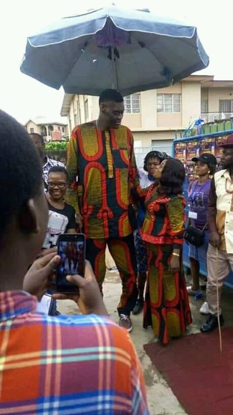 (PHOTOSNEWS): Nigerian Tallest man finds his heart, gets married