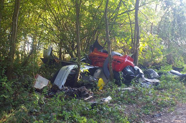 Bû et ses décharges sauvages en Forêt de Dreux (une déchetterie existe à moins de 200 m !). Bû, 29 septembre 2011. Photo : J.-M. Gayman