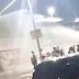 """""""Bem-feito"""": caminhão-pipa dispara jato de água contra aglomeração de jovens durante limpeza de ruas"""